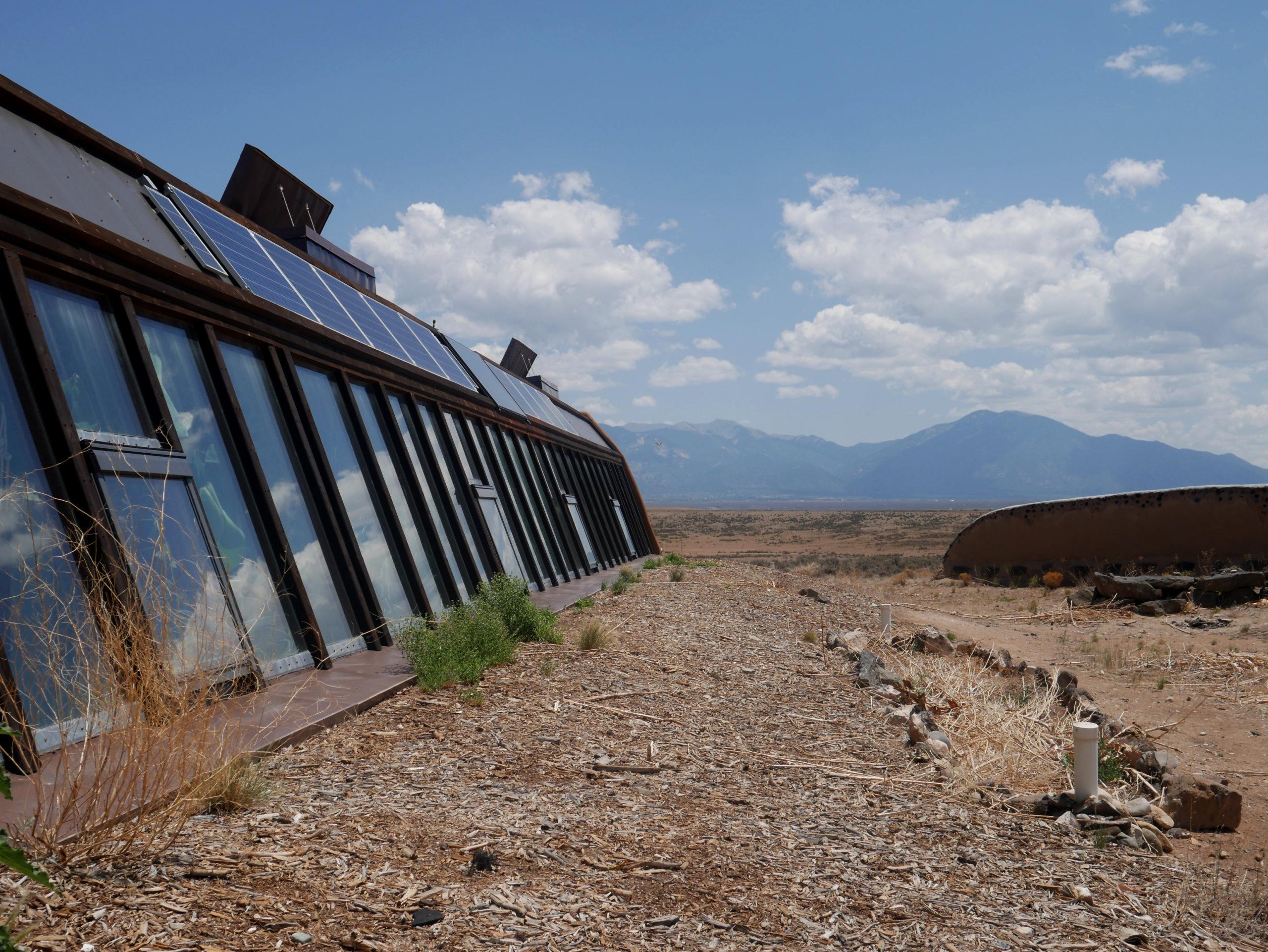 earthships taos new mexico ecologisch wonen duurzaam bouwen